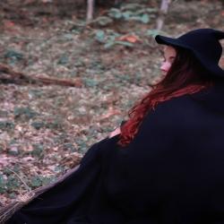 🍁 Mabon Et La Saison Sombre 🍁   Demain aura lieu l'équinoxe d'automne 🍂  Cette nuit, si particulière, sera aussi longue que le jour. Une égalité parfaite 🌗   Cette dualité d'ombre et de lumière ancestrale, sera, pour cette nuit, à l'équilibre absolu, avant de laisser les ténèbres prendre doucement le dessus sur la lumière faisant ainsi naître la saison sombre..🌒   Vous ressentez la magie qui s'en dégage vous aussi ? 🔮   L'automne est à nos portes, il est temps d'écouter.. 🍂   Cette saison douce qui nous appelle à ralentir, prendre du temps pour nous, lâcher prise et nous recentrer sur l'essentiel.. 🌰   La nature nous invite à vivre à son rythme, écoutez là, elle est toujours bonne conseillère 🙏  Après d'abondantes récoltes, la sève des arbres commence à redescendre doucement, les feuilles tombent délicatement, jonchent le sol de mille couleurs et la nature se repose enfin, après avoir tant donnée.. 🍁   Il est temps pour vous aussi de profiter de vos récoltes, lâcher prise et abandonner ce qui ne vous est plus indispensable au profit de ce qui, comme la nature, vous aidera à renaître au printemps prochain 🌱   Prenez du temps pour vous, vos proches, emmitouflez vous dans un plaid bien chaud devant votre film ou série doudou🍿  Faites le bilan de cette année passée en douceur, vos victoires, vos échecs, vos objectifs, vos envies, vos projets.. Et surtout ne culpabilisez pas, vous avez le droit vous aussi, après avoir tant donné, de ralentir, de penser à vous et de vous reposer..   Née une veille de Samhain, je suis une fille de l'automne 🍁 Cette saison a toujours été pour moi la plus importante de l'année 🎃 Elle m'inspire énormément par ses couleurs, ses transformations, ses invitations aux changements, ses moments suspendus dans le temps par ses matins brumeux et sa magie qui flotte dans l'air 🌫🔮   Il est temps pour moi aussi de savourer mes récoltes de l'année, qui à été très forte en émotions et en évolutions pour l'atelier grâce à vous ❤   Je vais prendre le temps d