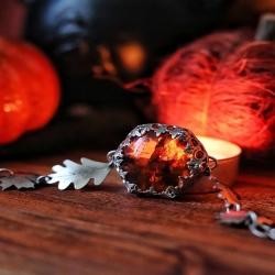 🍁 À La Lueur De L'Automne 🍁   Une lumière chaude, rassurante, presque familière, pour passer la période sombre en douceur et guider l'âme dans l'obscurité 🌬 À la lueur de l'automne éclairée, le secret sera révélé..🕯   Bracelet en argent massif, protégeant une ambre naturelle incroyable et sa petite feuille d'érable cachée, chaîne et feuilles découpées 🍂🍁   Entièrement pensé, travaillé et créé à l'atelier ⚒   Disponibles lundi à 20h pour la sortie de la collection ~ Magie Et Secrets D'Automne ~ à 20h 🍁🔮🎃   #cybijoux#autumn #automne #pumpkin #pumpkins #citrouilles #samhain #halloween #fall #metalsmith #ambre #amber #fallinlove #leaf #autumnvibes #leaves #sterlingjewelry #witchy #witchyvibes #owl #chouette #leaf #autmnlovers #autumnleaves