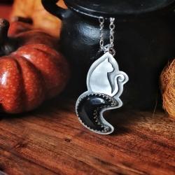 """🌑 Sous La Lune Noire 🌑   """" 𝕾𝖔𝖚𝖘 𝖑𝖆 𝖑𝖚𝖓𝖊 𝖓𝖔𝖎𝖗𝖊, 𝖋𝖆𝖒𝖎𝖑𝖎𝖊𝖗𝖘 𝖊𝖙 𝖘𝖔𝖗𝖈𝖎𝖊𝖗𝖘 𝖆𝖚𝖗𝖔𝖓𝖙 𝖙𝖔𝖚𝖘 𝖑𝖊𝖘 𝖕𝖔𝖚𝖛𝖔𝖎𝖗𝖘 🐈⬛ 𝕽é𝖚𝖓𝖎𝖘 𝖕𝖔𝖚𝖗 𝖑𝖆 𝖕𝖗𝖔𝖕𝖍é𝖙𝖎𝖊, 𝖙𝖔𝖚𝖙 𝖘𝖔𝖗𝖙𝖎𝖑è𝖌𝖊 𝖘𝖊𝖗𝖆 𝖆𝖈𝖈𝖔𝖒𝖕𝖑𝖎.. 🔮 """"   Collier en argent massif, chat noir sous la lune 🌗 Lune en pierre d'onyx naturelle d'un noir profond, entièrement pensé, né et travaillé de mes mains à l'atelier ⚒   Je ne pouvais pas vous faire une collection de Samhain sans vous préparer des chats noirs 🐈⬛  Le chat est un familier mystérieux depuis la nuit des temps..Conseiller, compagnon, source d'inspiration, il berce depuis longtemps de nombreuses légendes et croyances 🔮   J'espère qu'il vous plaira 🖤  Disponible pour la collection ~ Magie Et Secrets D'Automne ~ sortie lundi 18 octobre à 20h 🍁🔮🎃   #cybijoux#autumn #automne #pumpkin #pumpkins #citrouilles #samhain #halloween #fall #metalsmith #ambre #amber #fallinlove #leaf #autumnvibes #sterlingjewelry #witchy #witchyvibes #moon #cats #blackcat #chat #lune"""