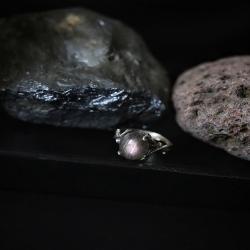 • ~ Lueurs De L'Espace~ •   Un fragment de cosmos à portée des doigts.. 🌌  De nouvelles lueurs seront disponibles lundi soir ✨  Bagues en argent 925, réglables, ornées de labradorite aux reflets incroyables, parfois violette, d'autres contenant de petits arc en ciel , des boules de lumières, du bleu puissant..et de charoïte aux reflets cosmiques   Disponibles lundi à 20h 🌙🪐  #cybijoux #space #espace #moon #lune #creatricefrancaise #aurora #auroreboreale #pleinelune #newmoon #garden #blackmoon #labradorite #opaljewelry #artisanatfrancais #opal #rings #nebuleuse #planet #lunaire #spatial #exploration #bague #labradoritestones #labradoritestones #smallbusiness #cosmos