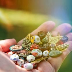 • ~ Un Été Bohème ~ •   Du verre, de la céramique, des pierres, du métal, du bois, des fleurs, du tissus, des feuilles, de la nature, de la couleur, beaucoup de couleurs.. 🌈🍃   De nombreuses textures différentes pour faire naître la magie de cette nouvelle collection 🌸🌾   Collection ~ Un Été Bohème ~ sortie lundi 12 juillet à 20h 🍃🌈☀️   #cybijoux #cybijoux #artisanatfrancais #summer #douceur #sun #sunchine #slowlife #boheme #bohemian #fairy #fae #fee #nature #naturelovers #été #bohostyle #hippies #bohemianstyle #hippiestyle #metalsmith #stones #naturalstone #pierresnaturelles #colors #couleurs #magic #tarot